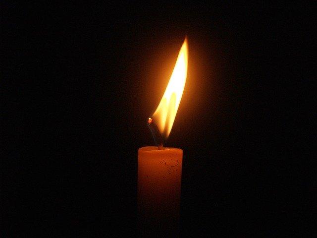 Eine Kerze die brennt in Andenken an Lutz Langer